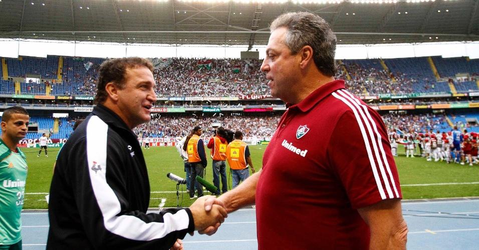 Técnicos Cuca e Abel Braga se cumprimentam antes da partida entre Fluminense e Atlético-MG, no Engenhão