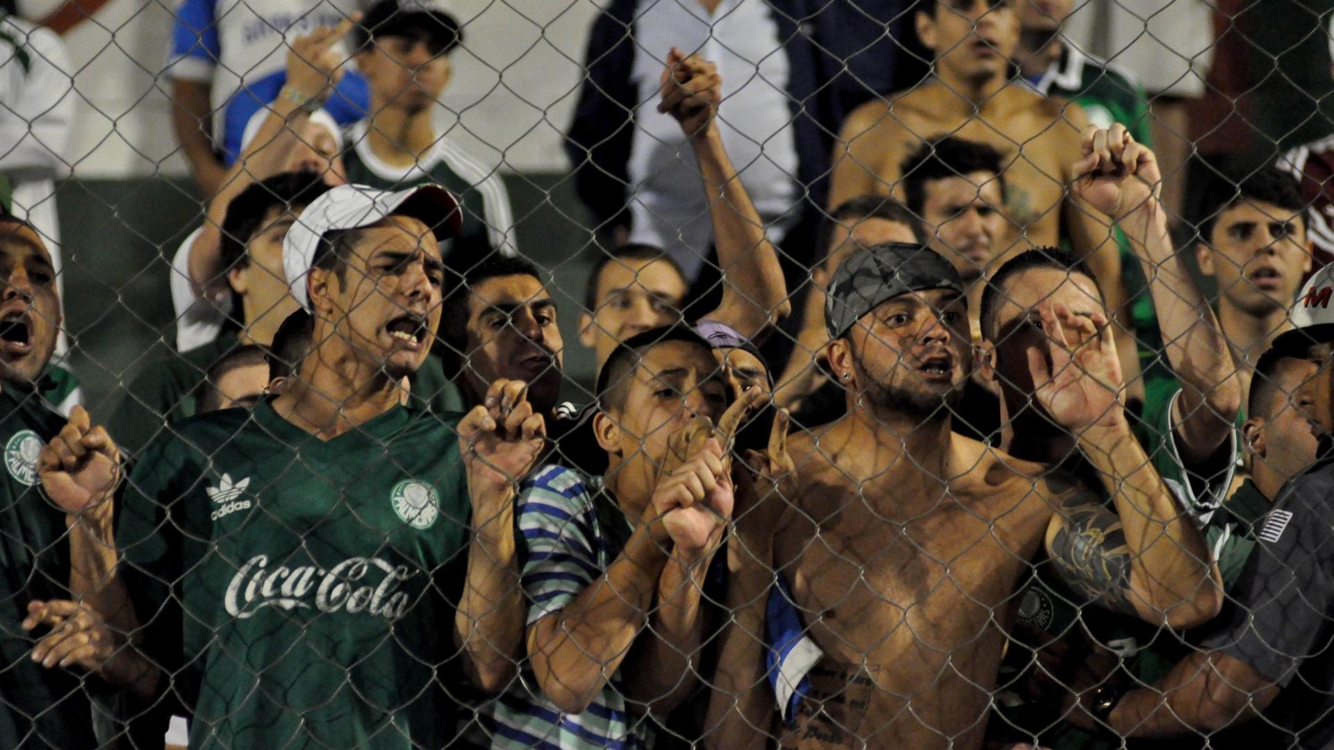 Torcida do Palmeiras protesta no Canindé após derrota para o Figueirense