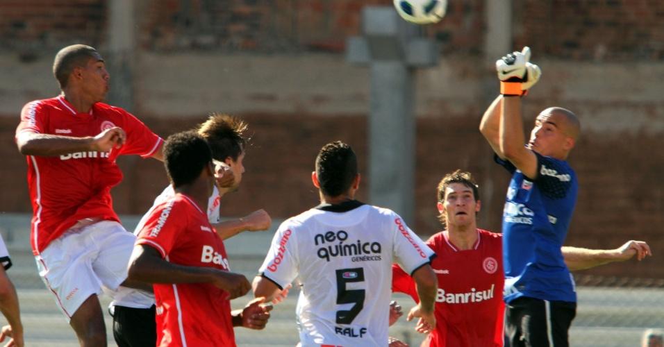 Goleiro do Corinthians, Júlio César, defende cabeçada do zagueiro Juan, do Inter