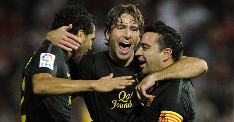 Xavi, capitão do Barcelona, comemora com os brasileiros Daniel Alves e Maxwell depois de marcar contra o Granada