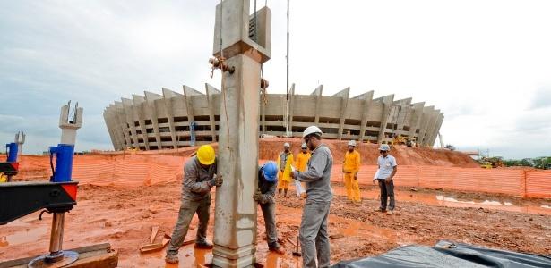 Operários trabalham em esplanada de 80 mil metros quadrados em torno do Mineirão