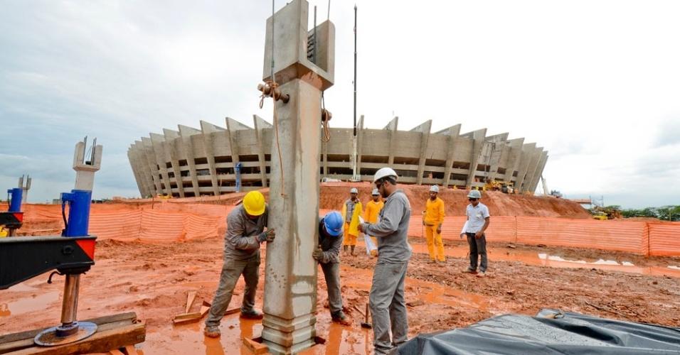 Operários começam a construção da esplanada de 80 mil m² que será construída em torno do Mineirão