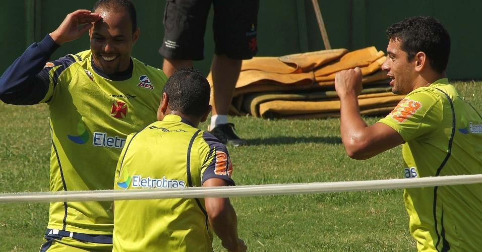 Alecsandro brinca com Diego Souza no treinamento do Vasco