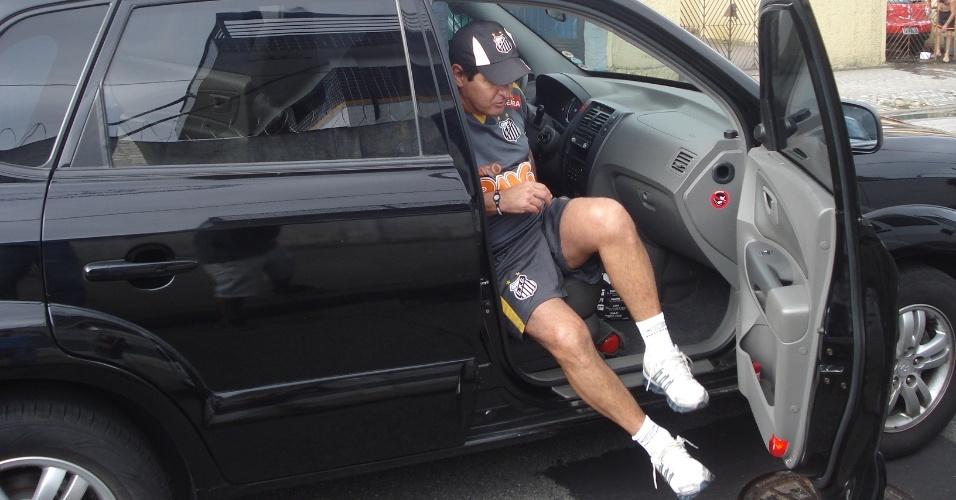 Muricy Ramalho chega de carro no treino do Santos, treinador foi apenas