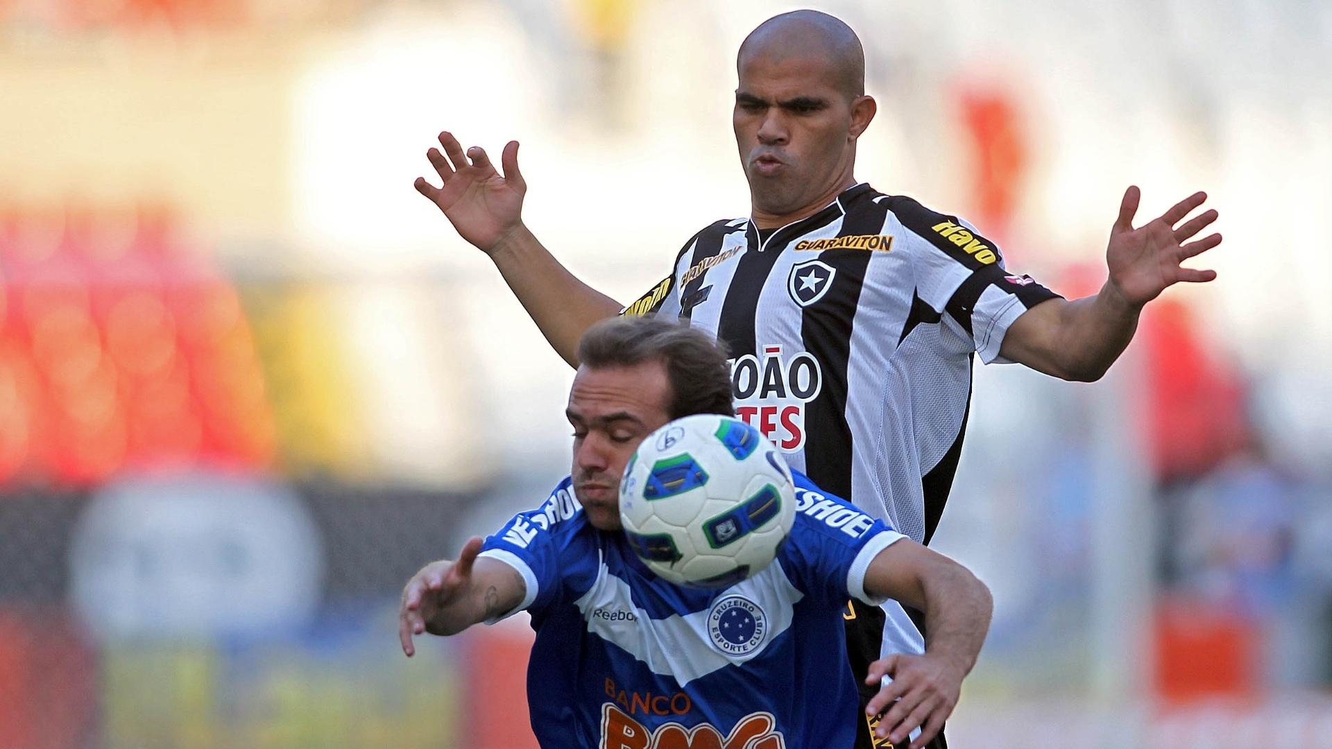 Roger tenta se livrar da marcação de Alessandro durante partida entre Botafogo e Cruzeiro, pelo Campeonato Brasileiro