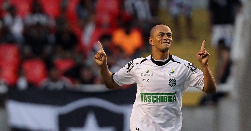 Júlio César comemora o gol marcado pelo Figueirense na partida contra o Botafogo, no Engenhão