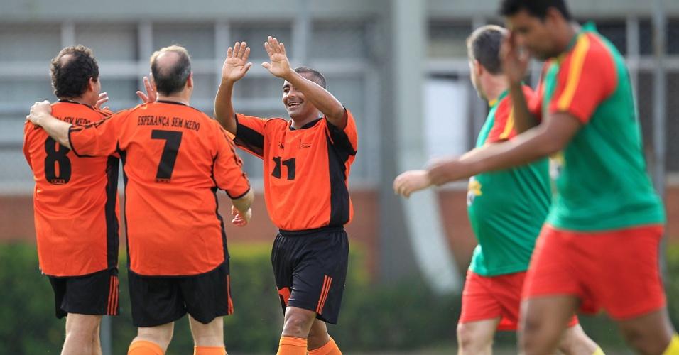 Romário comemora ao marcar um gol durante evento em prol da APAE e do Instituto Pestalozzi de Canoas-RS, que contou com a participação de deputados estaduais e federais (05/11/11)