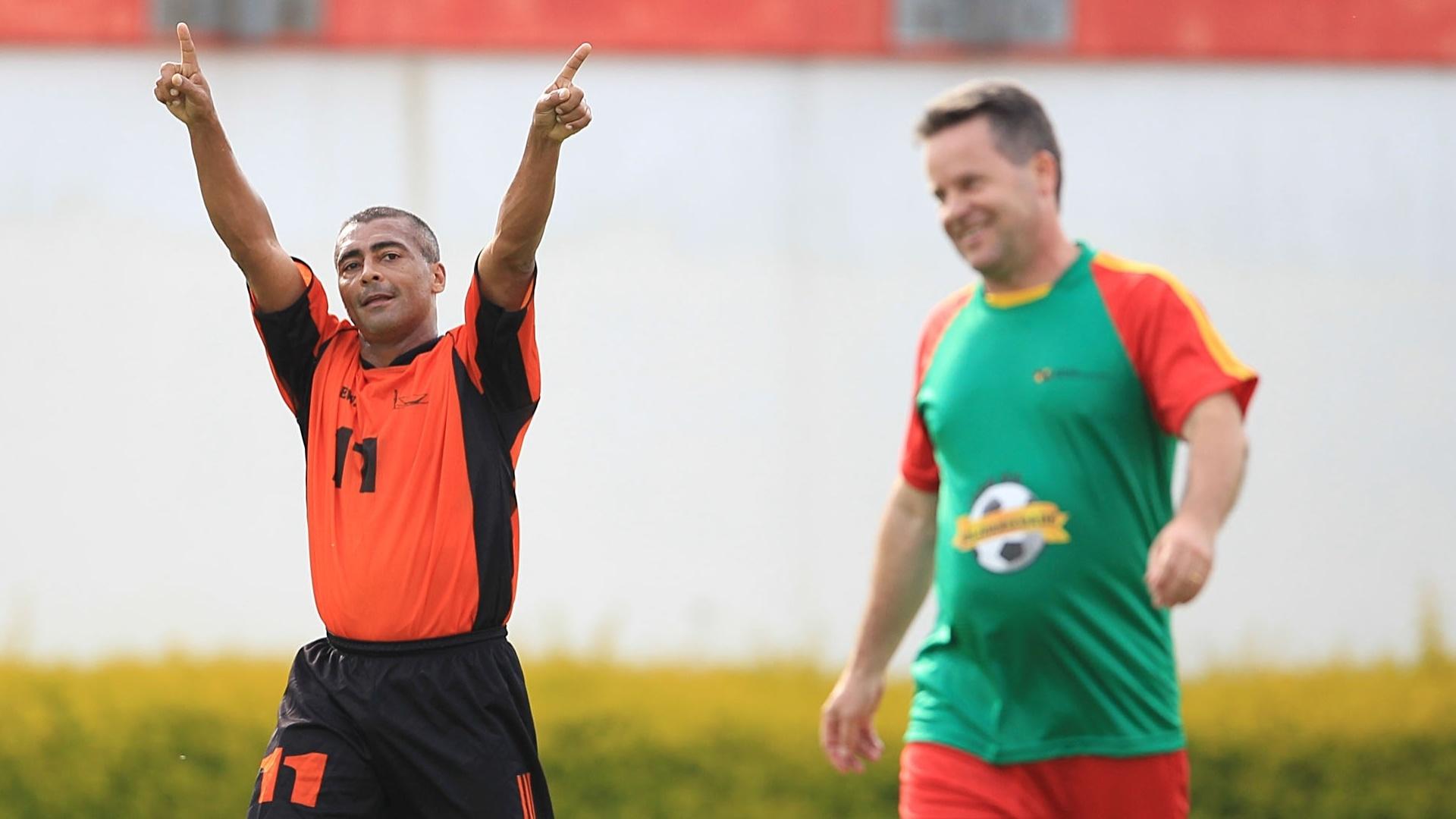 Romário comemora ao marcar um gol durante evento em prol da APAE e do Instituto Pestalozzi de Canoas-RS, que contou com a participação de deputados estaduais e federais