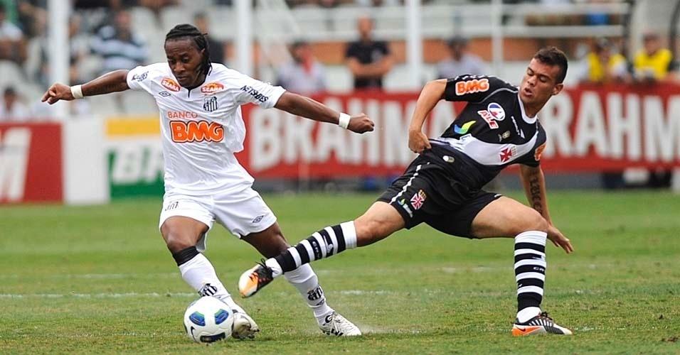 Arouca e Bernardo em disputa de bola na Vila Belmiro
