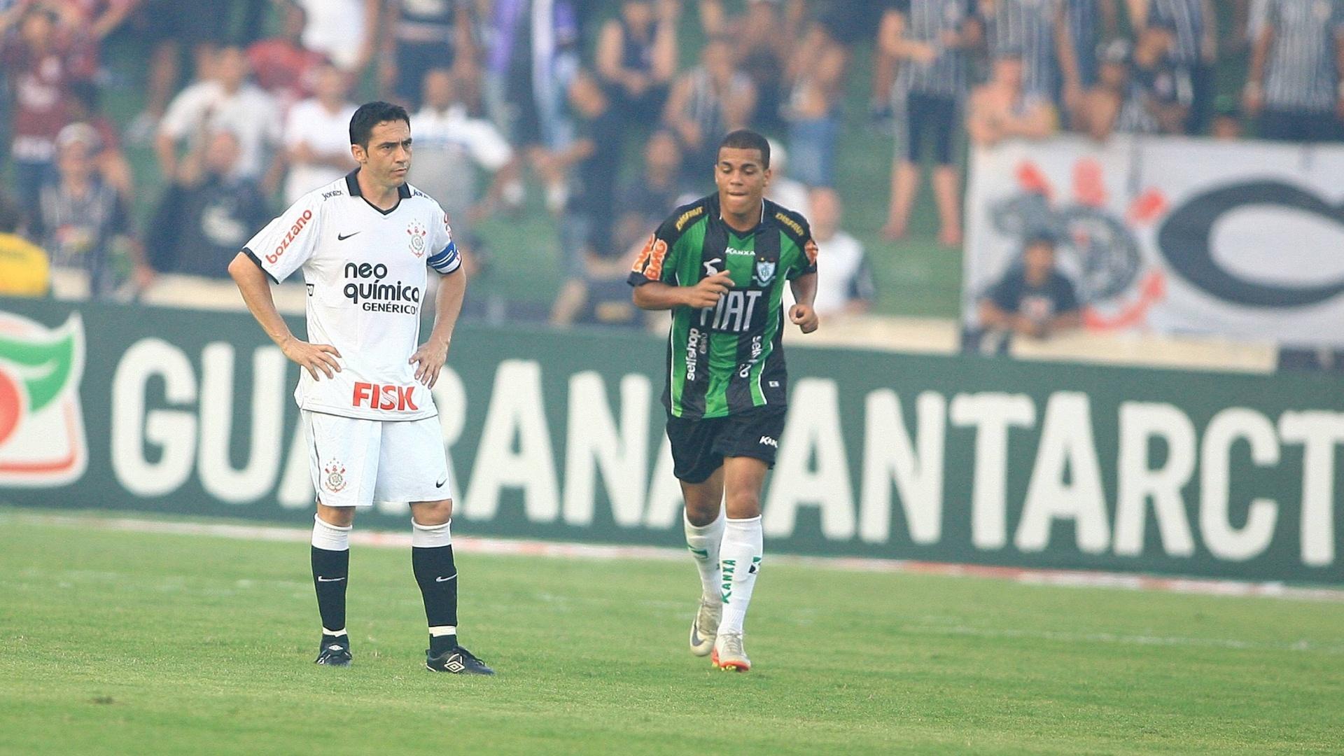 Chicão lamenta após América-MG marcar o segundo gol contra o Corinthians