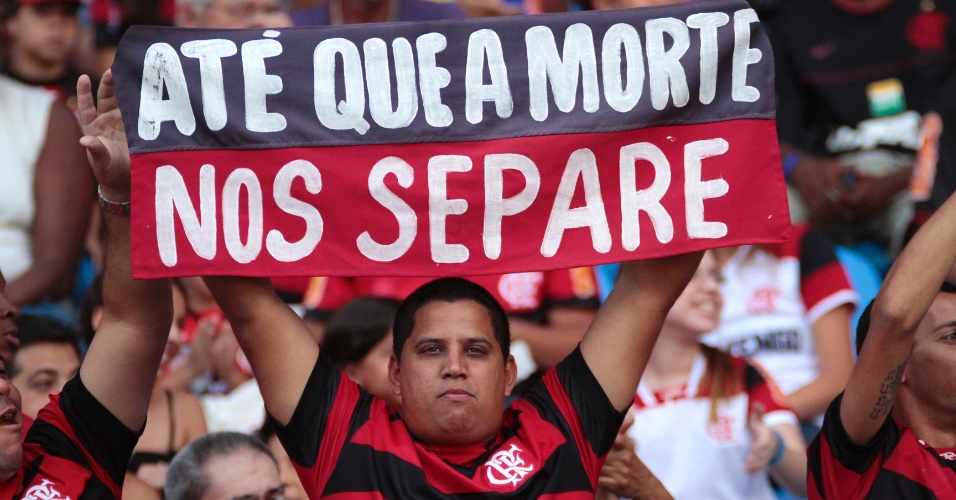 Torcedor do Flamengo exibe faixa de apoio ao time antes do jogo contra o Cruzeiro
