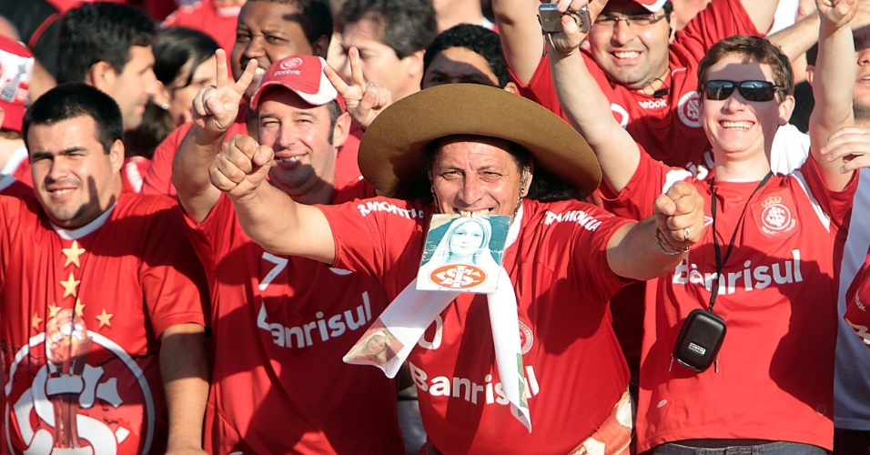 Torcida do Internacional faz a festa antes da partida contra o Fluminense, no Beira-Rio