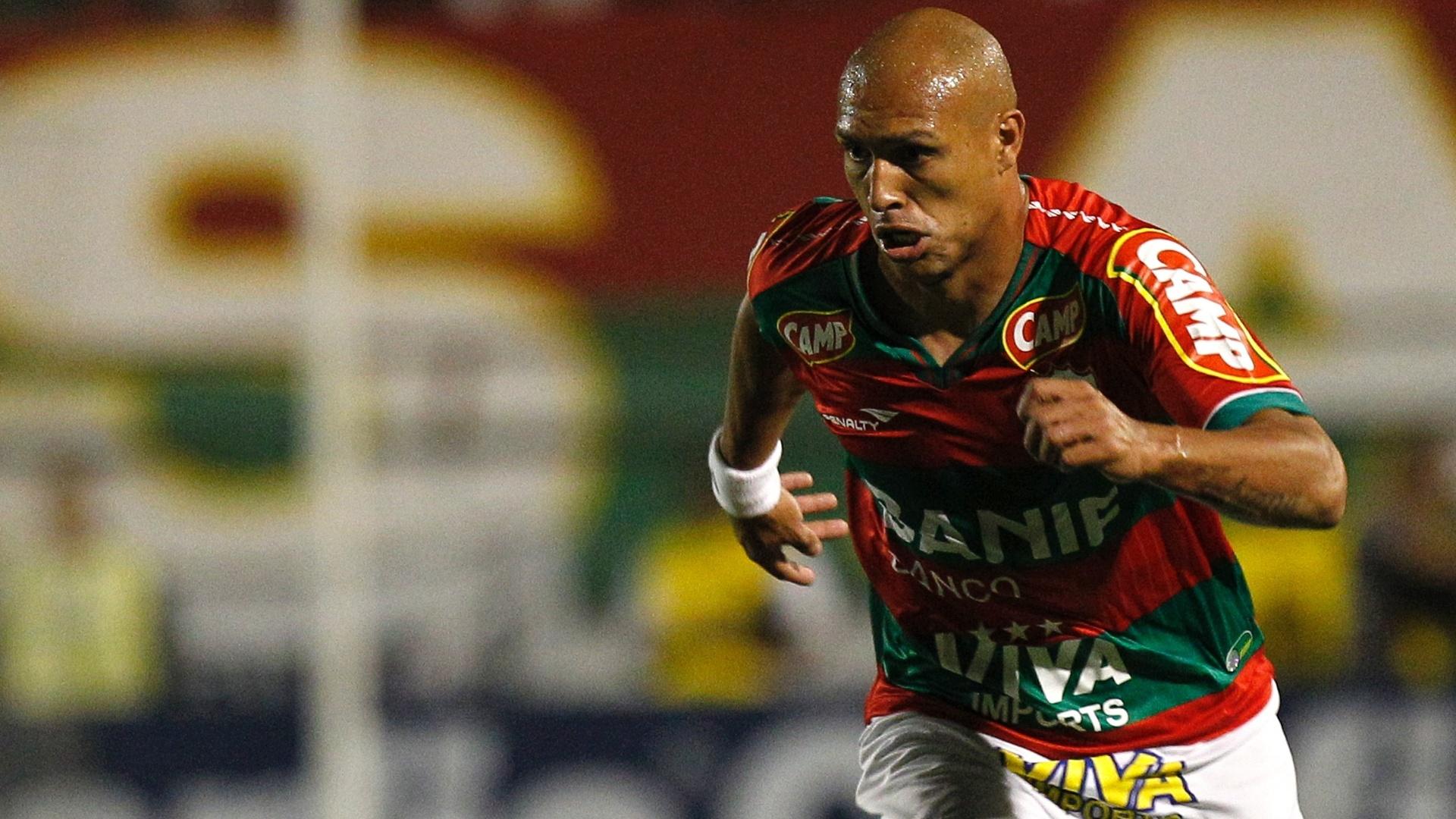 Edno tenta iniciar jogada de ataque para a Portuguesa durante jogo contra o Sport no Canindé