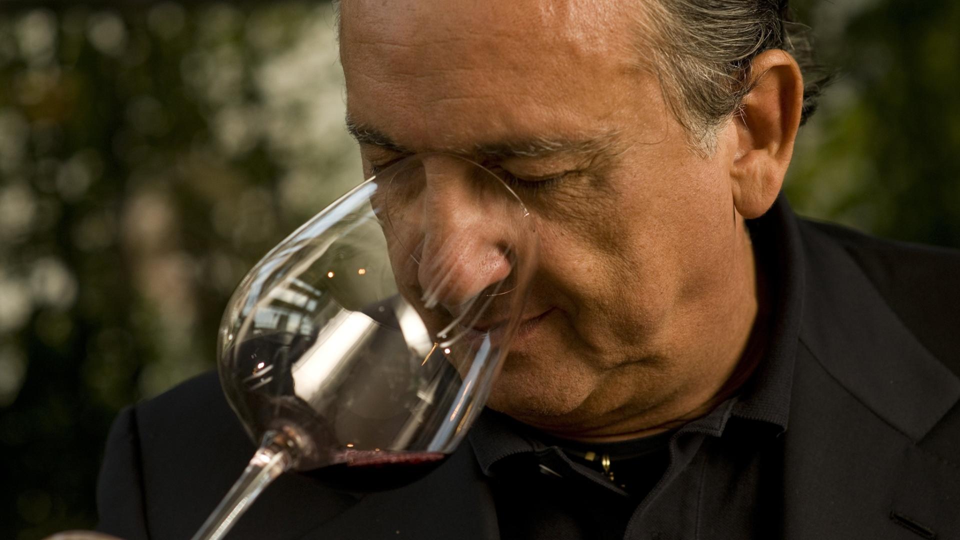 Galvão Bueno degusta um vinho durante entrevista em outubro de 2010