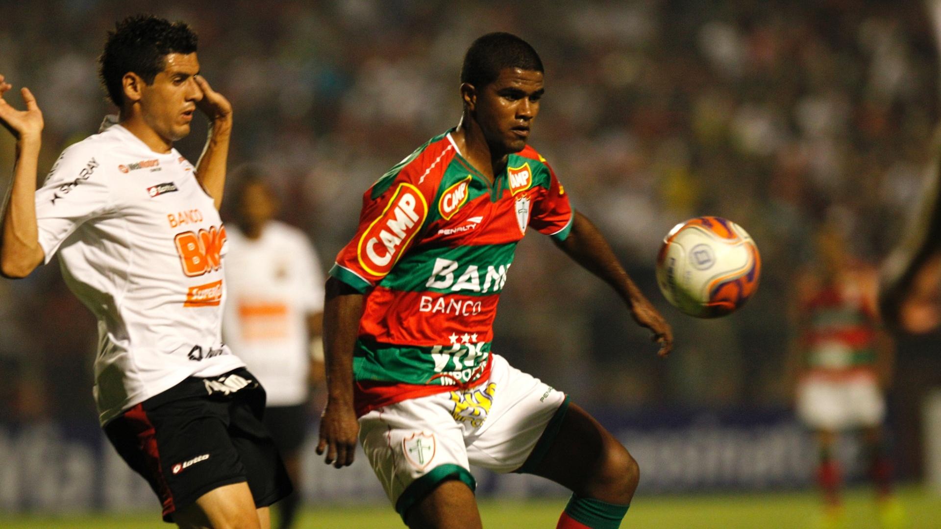 Jogadores de Portuguesa e Sport disputam bola em empate por 2 a 2 no Canindé, pela Série B do Brasileirão