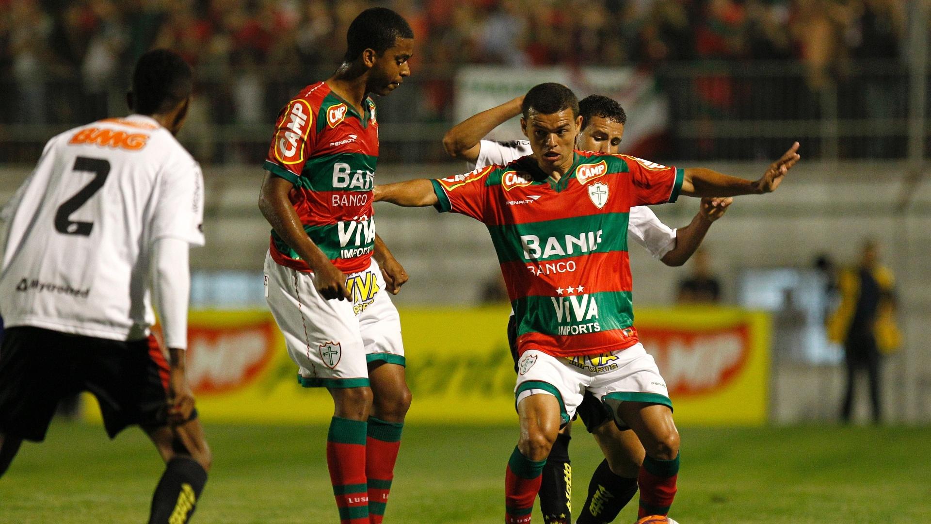Lateral Marcelo Cordeiro protege a bola em duelo da Portuguesa contra o Sport, disputado no Canindé