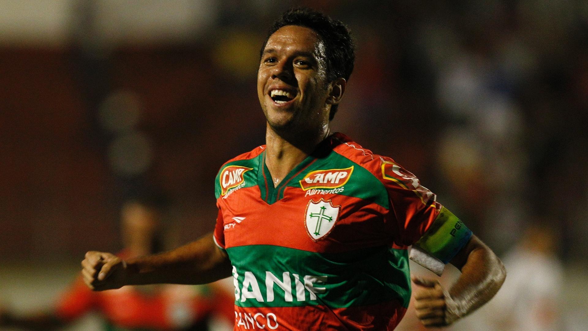 Marco Antônio vibra após arriscar de fora da área e macar belo gol para a Lusa contra o Sport