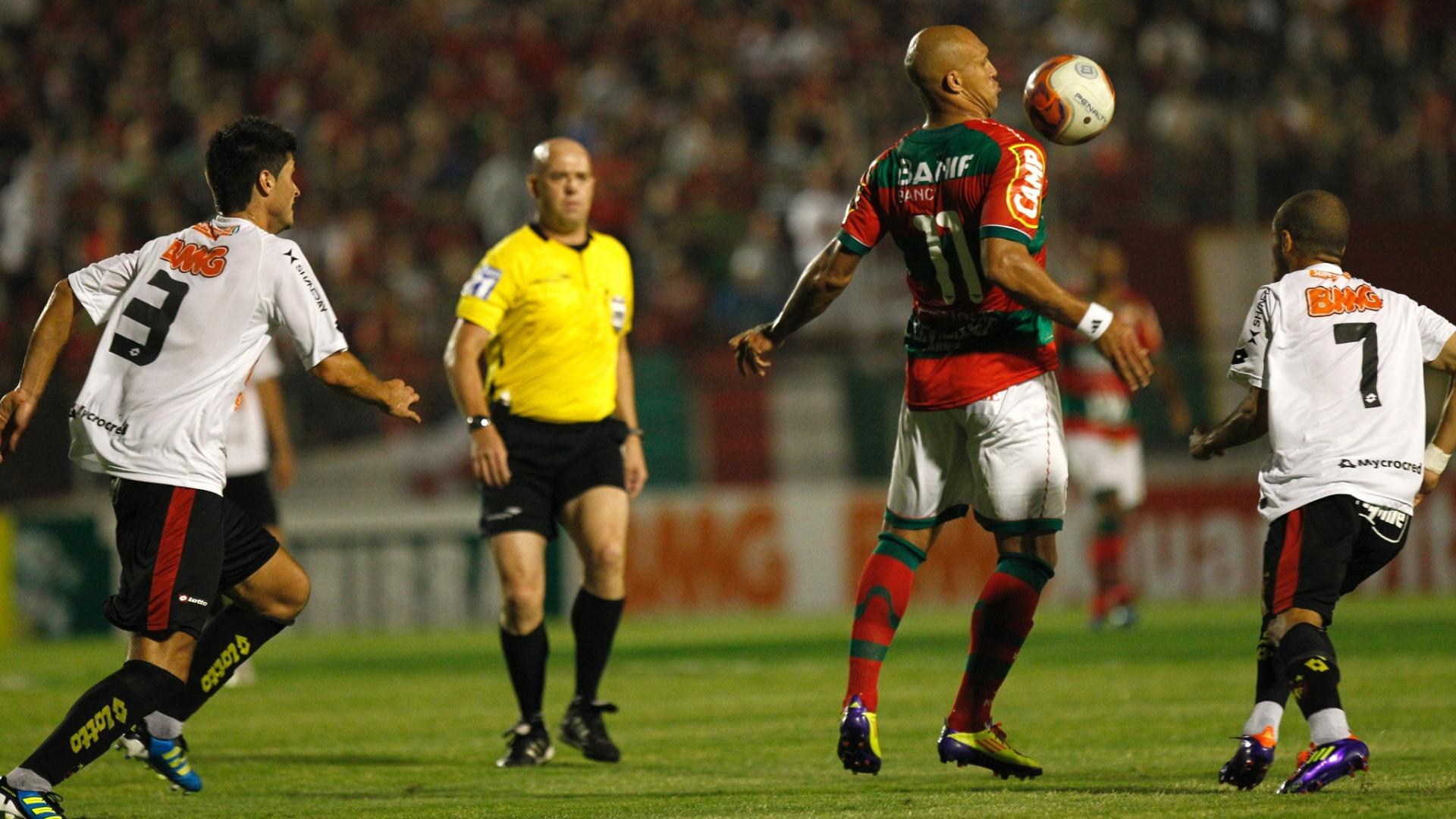 Observado pelo juiz Heber Roberto Lopes, Edno mata a bola no peito em jogo entre Portuguesa e Sport
