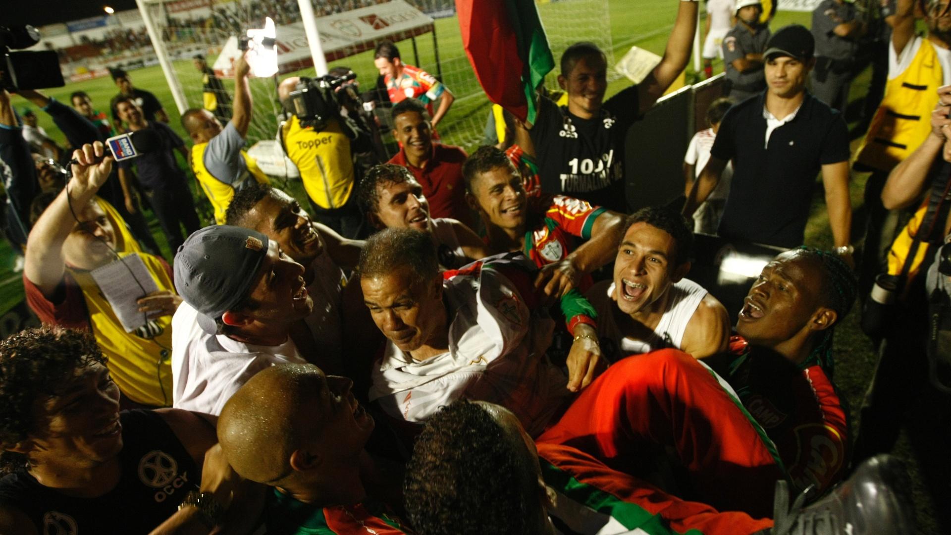 Técnico Jorginho é festejado por jogadores; comandante admitiu que Portuguesa jogou como