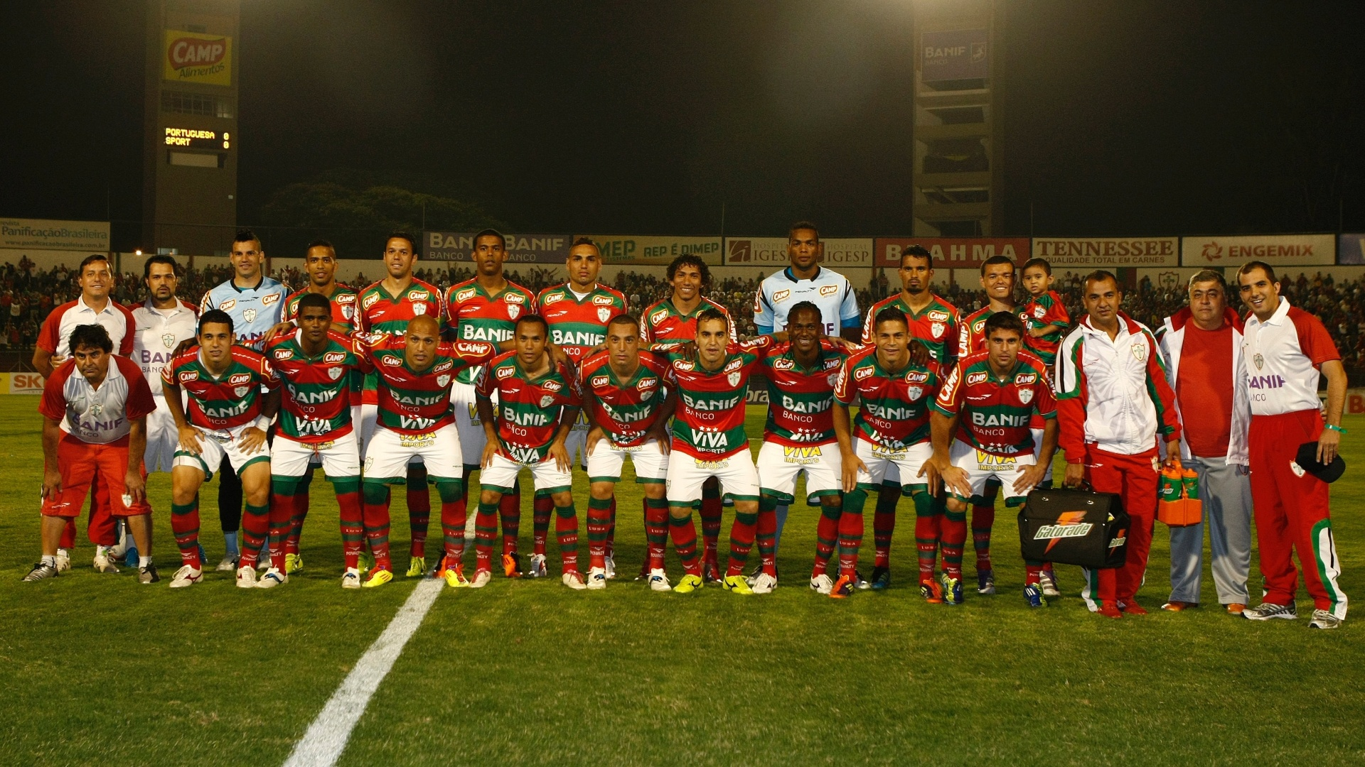 Todo o elenco da Portuguesa posa para foto antes de confronto contra o Sport pela Série B