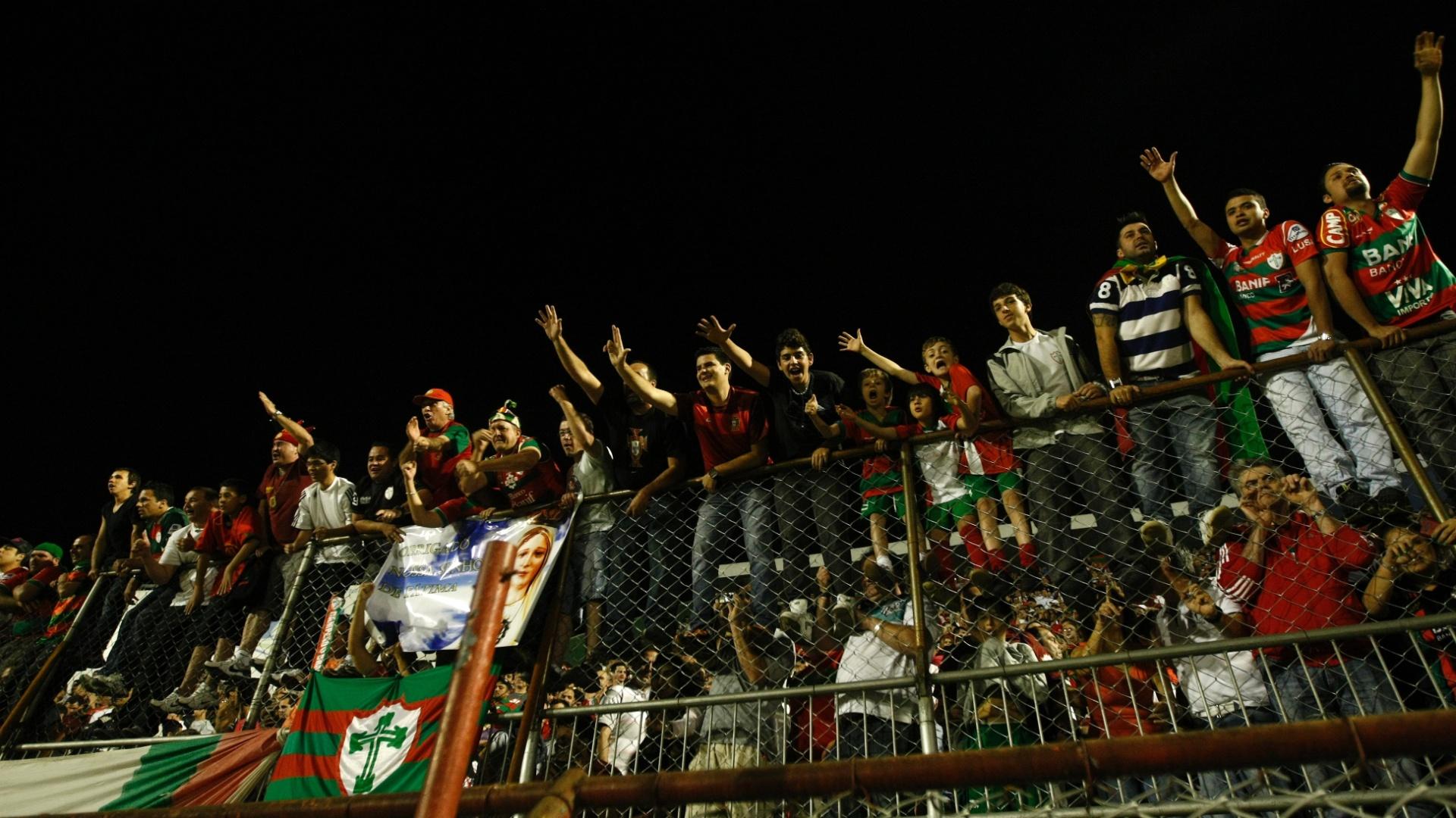 Torcedores da Portuguesa vibram com o título da Série B, mesmo após empate em 2 a 2 com o Sport