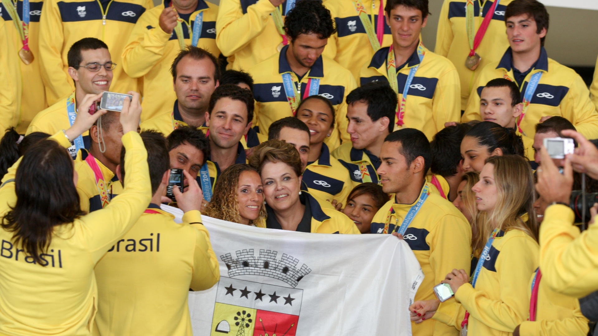 Dilma Rousseff é cercada pelos medalhistas brasileiros no Pan, que até desarrumaram seu cabelo (09/11/2011)