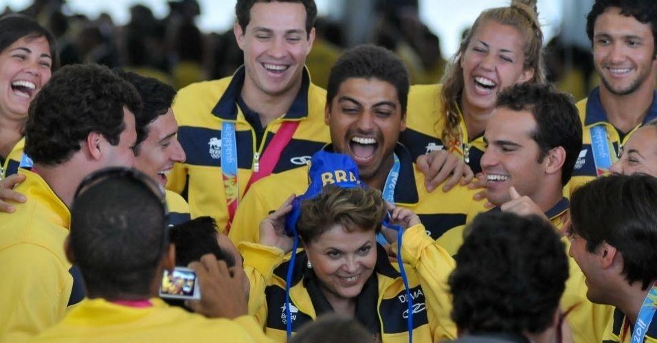 Dilma Rousseff recebe um gorro de pólo aquático dos medalhistas do Pan na festa em Brasília (09/11/2011)