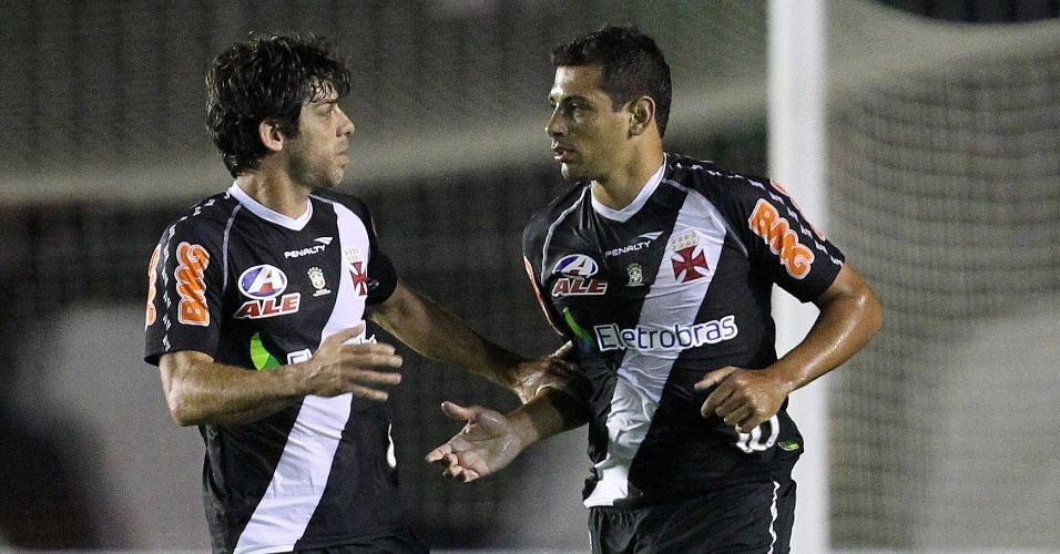 Juninho Pernambucano e Diego Souza comemoram gol do Vasco contra o Universitario, pela Sul-Americana