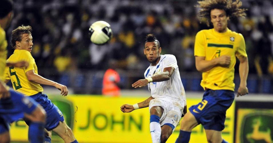 David Luiz se protege e Lucas observa finalização do atacante gabonense
