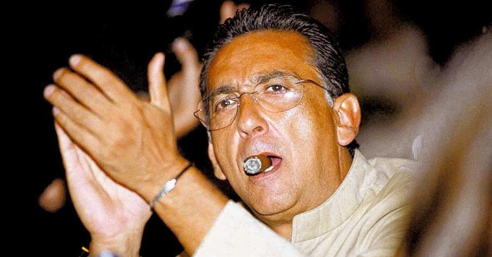 Narrador Galvão Bueno fuma charuto em foto do ano de 2004