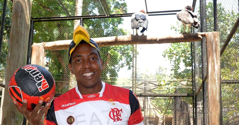 Com máscara de urubu, Renato Abreu posa ao lado das aves no zoológico do Rio