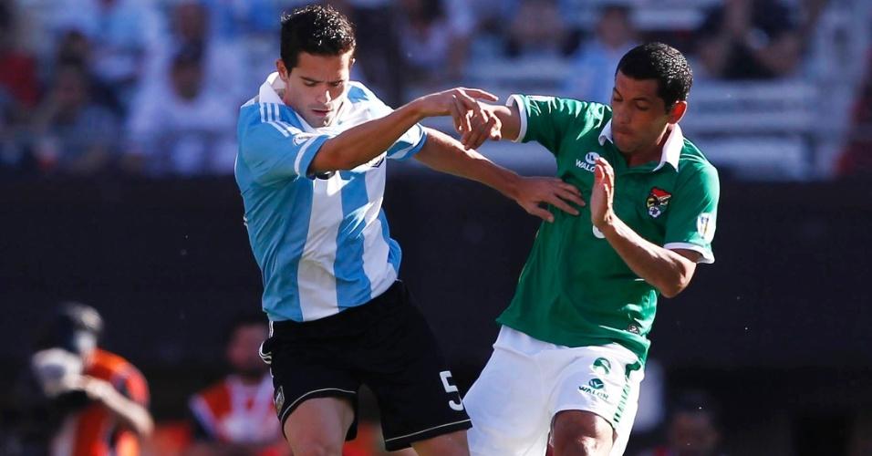 Gago e Flores disputam a posse de bola na partida entre Argentina e Bolívia, no estádio Monumental de Nuñez