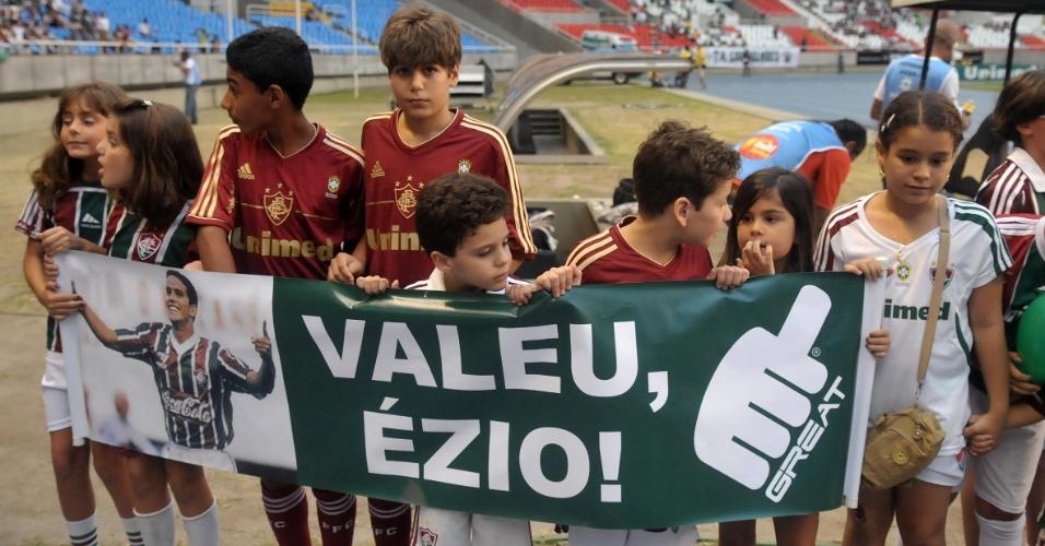 Antes do jogo contra o América-MG no Engenhão, Fluminense presta homenagem ao atacante Ézio, morto durante a semana