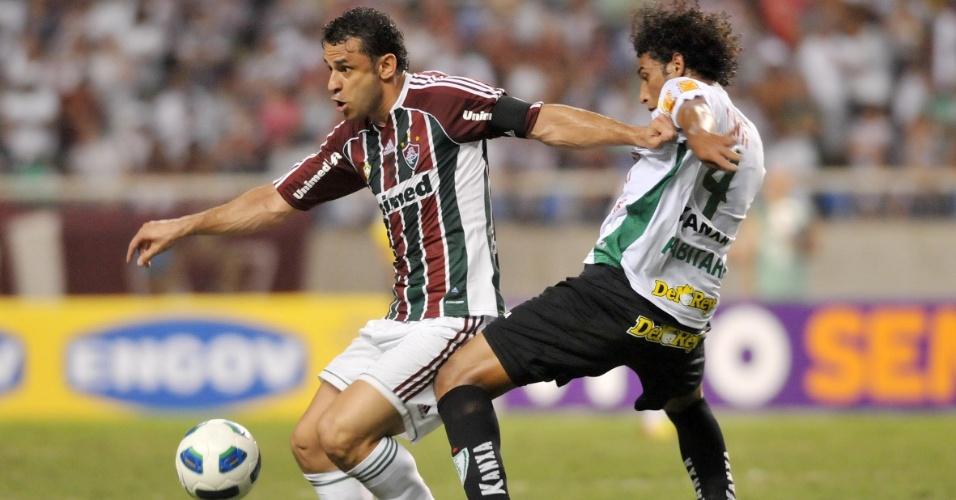 Fred luta contra a marcação de Willian Rocha durante o jogo entre Fluminense e América-MG