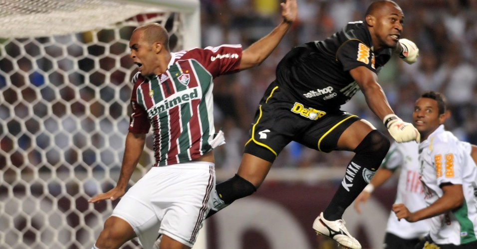 Goleiro do América-MG, Neneca sai do gol durante a partida contra o Fluminense no Engenhão
