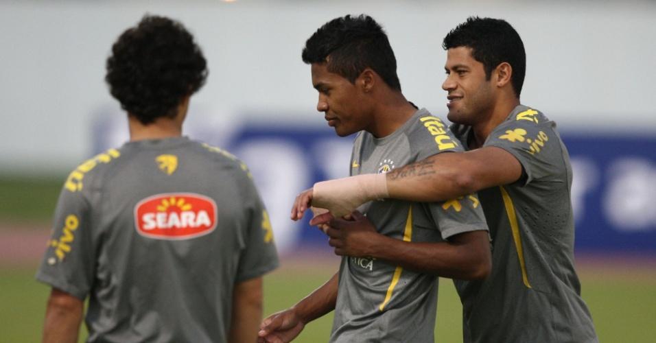 Hulk se diverte com companheiros em treino da seleção. Atacante deve ser titular no amistoso contra o Egito em Doha