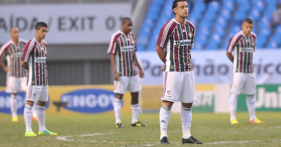 Jogadores do Fluminense fazem um minuto de silêncio em homenagem a Ézio antes do jogo contra o América-MG no Engenhão