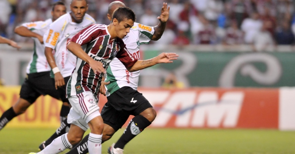 Lanzini tenta jogada durante o jogo entre Fluminense e América-MG no Engenhão