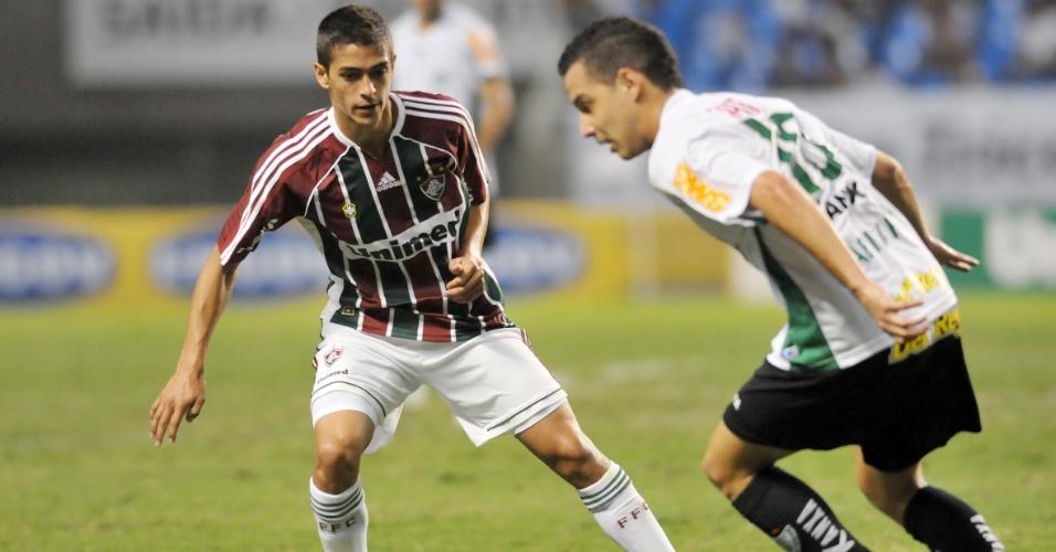 Rodriguinho parte para cima de Lanzini durante jogo do América-MG contra o Fluminense no Engenhão