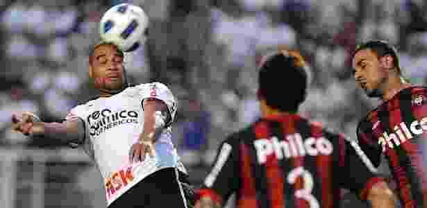 Adriano tentou uma cabeçada dentro da área, mas a bola estava alta e passou direto - Junior Lago/UOL