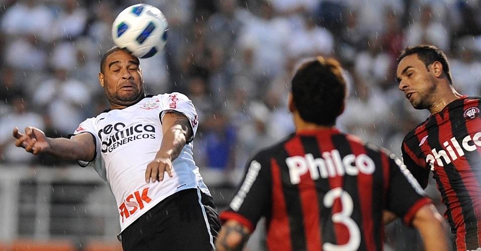 Adriano tenta de cabeça durante a vitória do Corinthians sobre o Atlético-PR por 2 a 1, no Pacaembu