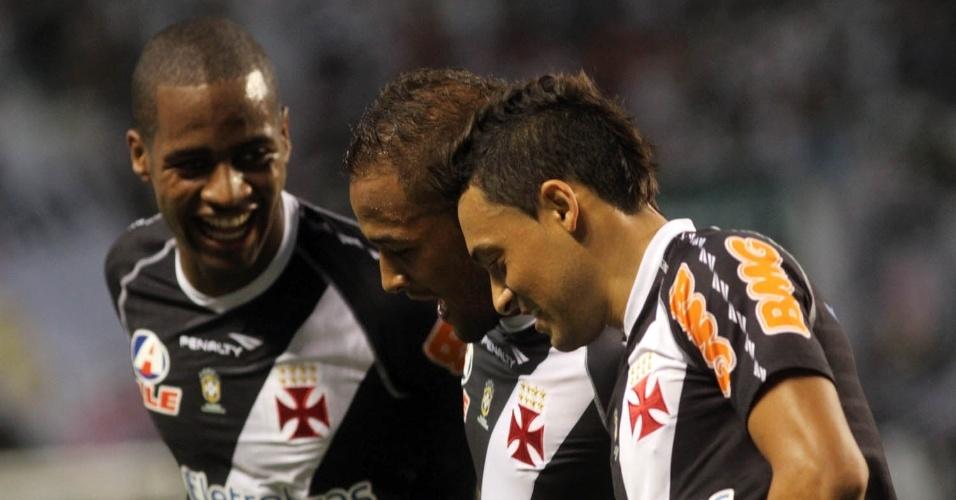 Dedé, Fellipe Bastos e Éder Luis festejam gol do Vasco no clássico contra o Botafogo, pelo Campeonato Brasileiro