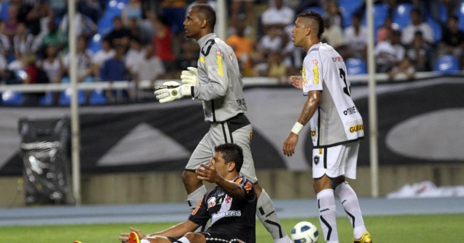 Diego Souza sofreu falta de Jefferson dentro da área. Na cobrança do pênalti, o goleiro do Botafogo defendeu sem problemas