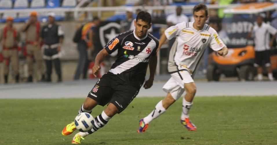 Diego Souza tenta jogada individual durante o duelo entre Vasco e Botafogo, pelo Campeonato Brasileiro