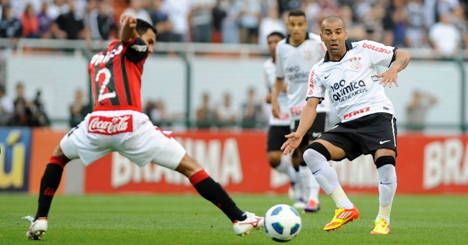 Emerson marcou o segundo gol do Corinthians contra o Atlético-PR, pelo Campeonato Brasileiro