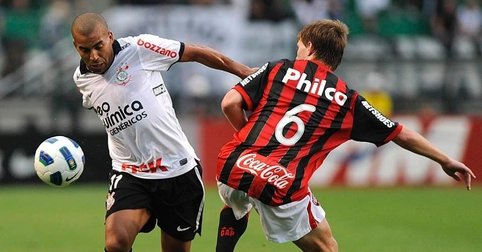 Emerson passa por Heracles durante o jogo entre Corinthians e Atlético-PR, pelo Campeonato Brasileiro