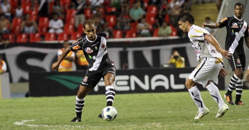 Felipe toca a bola enquanto é marcado de longe por Renato, no clássico entre Vasco e Botafogo