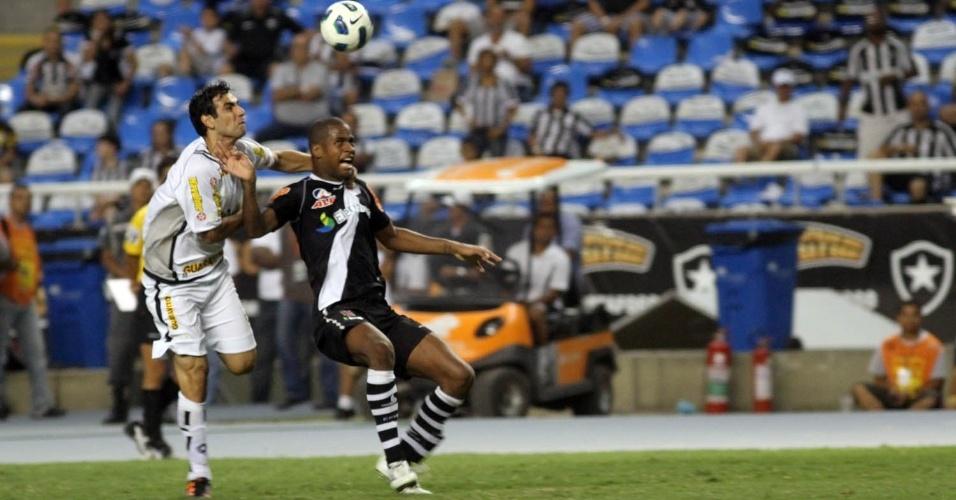 Herrera segura Dedé durante o clássico entre Botafogo e Vasco, no Engenhão