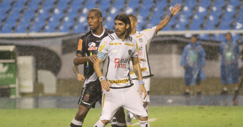 Loco Abreu é marcado por Dedé durante o clássico entre Botafogo e Vasco
