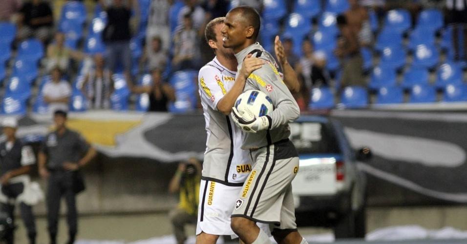 Marcelo Mattos cumprimenta o goleiro Jefferson pela defesa do pênalti batido por Diego Souza